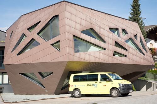 Das Alien von Abfaltersbach wird von den Eingeborenen täglich mit einem gelben Kleinbus gefüttert.