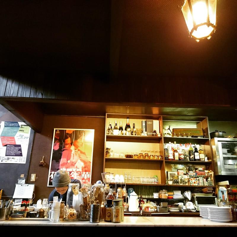 喫茶 ラ・マドラグの店内。厨房と映画「花様年華」。2018年10月18日撮影。