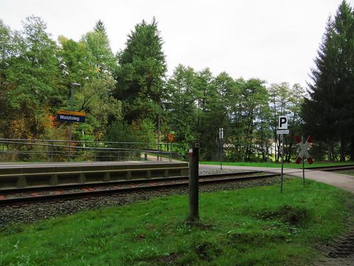 20170928 01 384 ostbay Wald EisenbahnHaltestelle Uhr Übergang Watzlsteg