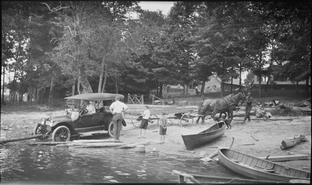 A horse team pulls an automobile out of Moon River, Ontario / Des chevaux tirant une automobile hors de la rivière Moon (Ontario)