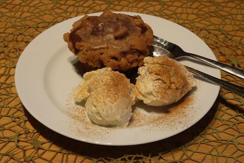 Apfel-Kürbis-Muffin zu mit Zimt bestreutem Vanilleeis