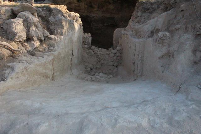 Ο δρόμος και το στόμιο του μνημειώδους θαλαμοειδούς τάφου