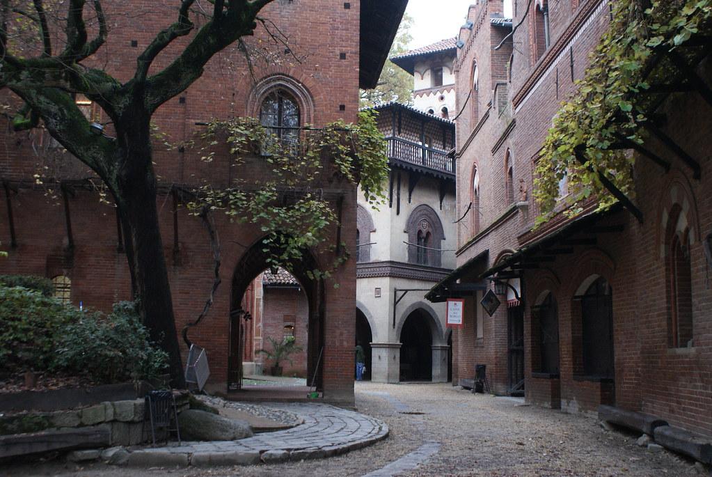 Ruelle et colonne vertébrale du Borgo Medievale à Turin.