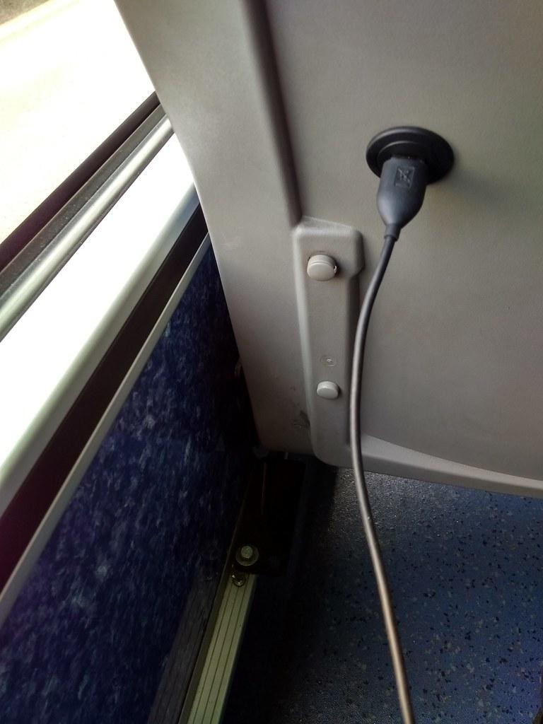 大台南公车充电口