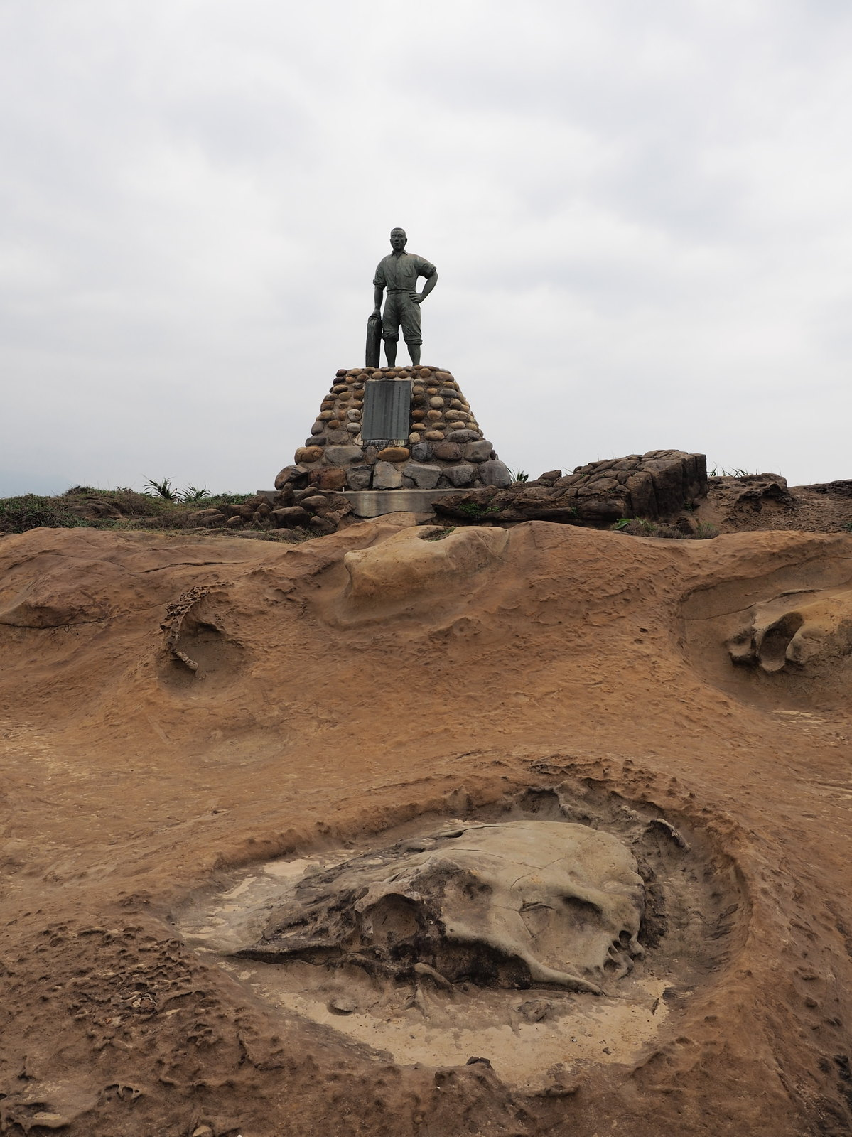 A statue of a hero at Yehliu Geopark (野柳地質公園)
