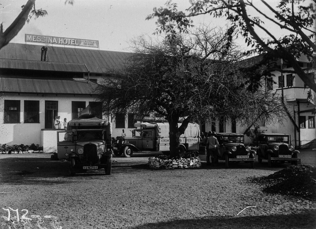 Южная Родезия. Солсбери. Транспортные средства экспедиции, припаркованные перед отелем «Мессина».