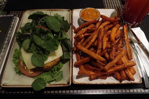 """Brotloser Burger """"Liebeslied"""" und Süßkartoffelfritten mit Mangochuttney (im Peter Pane in Osnabrück)"""