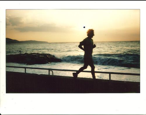 Jogger matinal près des vagues.