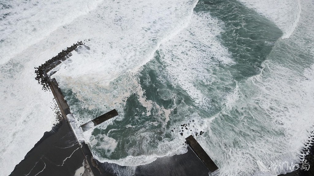 984-1-11花蓮鹽寮漁港原本為漁船擋風避浪的港口,已經被海浪吞噬成為浪花的舞台。