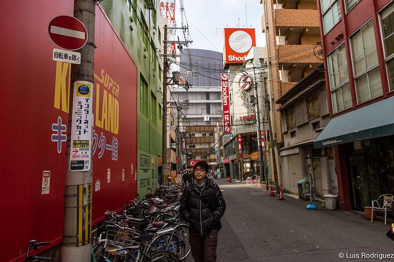Girando a la izquierda en el cruce de 2-chome Den-Den-Town-Osaka-31