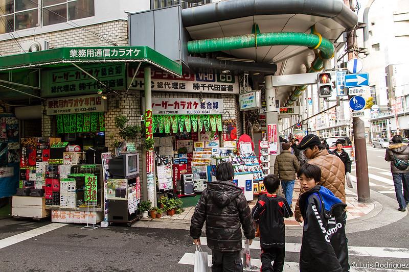Pequeñas tiendas de electrónica y recambios de Den Den Town