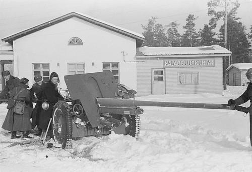 Finnish soldiers clean the barrel of a captured Soviet 76-mm Artillery gun, model 1936 (F-22)