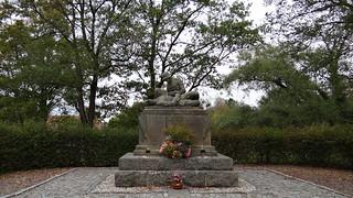 Dem Tod ein  Kriegerdenkmal in Radeburg, in der Mitte stand der Haß, der jedem Zorn und Ärger was ein Gründer allem Anschein nach, ingrimmig und gar zänkisch jach, von arger Falschheit und Verrath, dies Bildniß mir den Anschein hat 00165