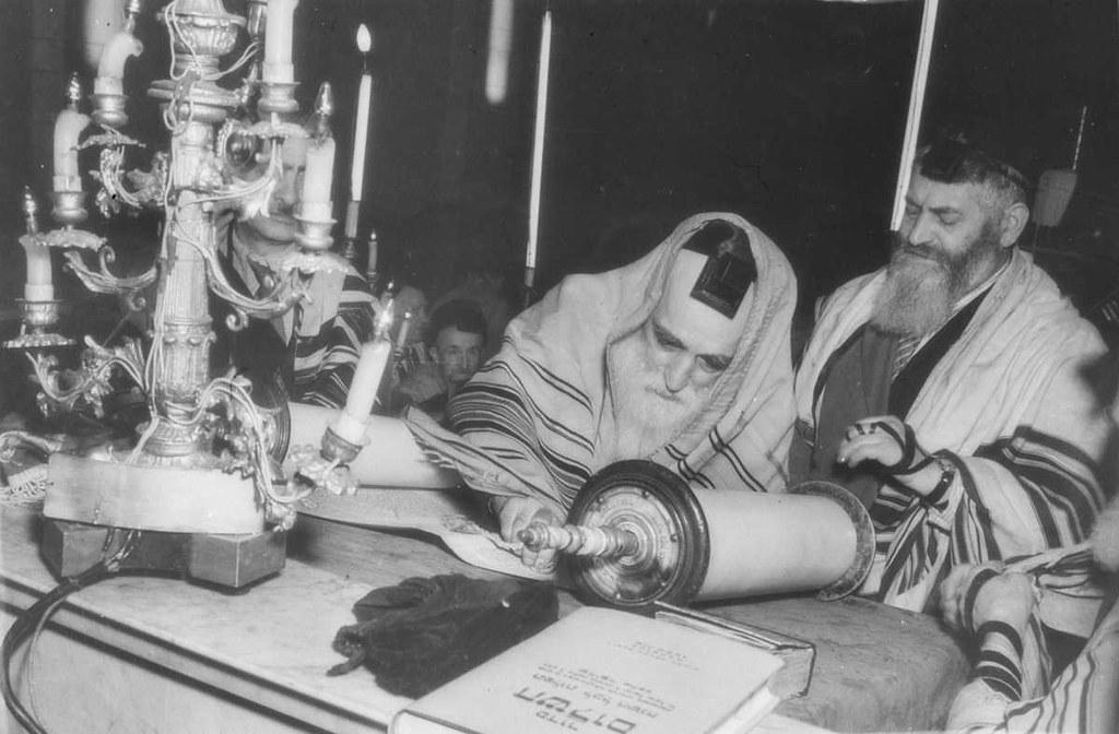 1957. Реб Гече читает Тору