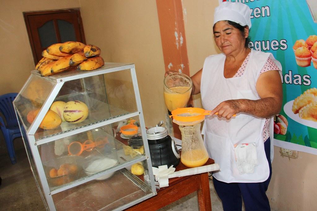 Preparación del Jugo de Papaya y otros jugos en local dentro del Perú.