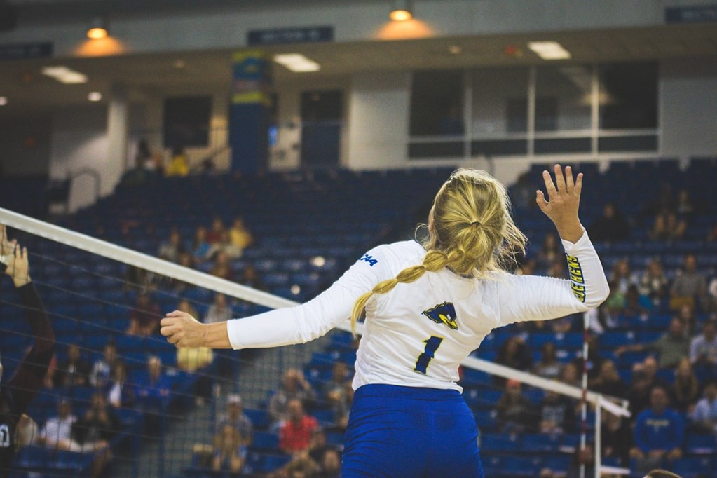 Delaware volleyball sweeps William and Mary in breast cancer awareness game