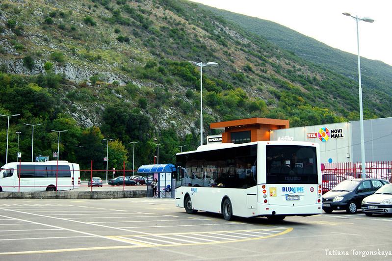 Остановка общественного транспорта возле гипермаркетов в Игало
