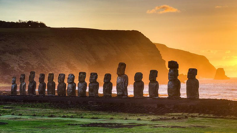 Moai, patung monolitik di Pulau Paskah.