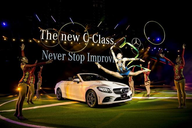 舞台上華麗的體操表演成為主角,體操選手結合力與美的演出,完美詮釋The new C-Class設計面的精神與精妙