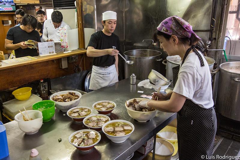 Elaborando ramen de Kitakata en el restaurante Bannai