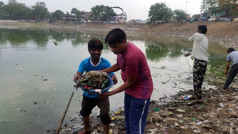तालाब की सफाई करते एसपी जैन