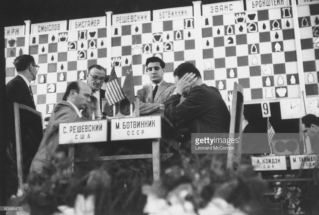Самуэль Решевский и Михаил Ботвинник во время шахматного турнира между сборными США и России в Колонном зале