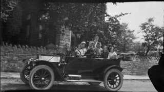 A man, a woman and six children pose in an automobile parked in front of David Gillies' home in Carleton Place, Ontario / Un homme, une femme et six enfants posant dans une automobile garée devant la maison de David Gillies à Carleton Place (Ontario)
