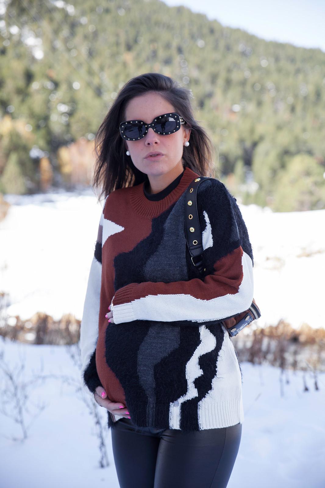 05_combinar_jersey_marron_outfit_nieve_embarazada_theguestgirl_embarazo_33semanas_pregnant_style_influencer_barcelona_look_comodo_apres_ski