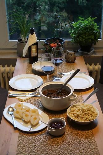 Hirschragout mit Spätzle heißen Birnen mit Preiselbeeren (Tischbild)