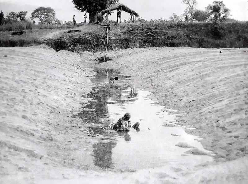 गोंड किसान नदी तल में छिछली नालियाँ खोदते हैं जिन्हें चाहल कहा जाता है