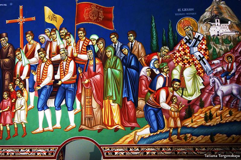 Изображение Св. Василия Тврдошского и Острожского в интерьере храма