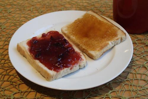 Toastbrot mit Pflaumenmarmelade und Honig