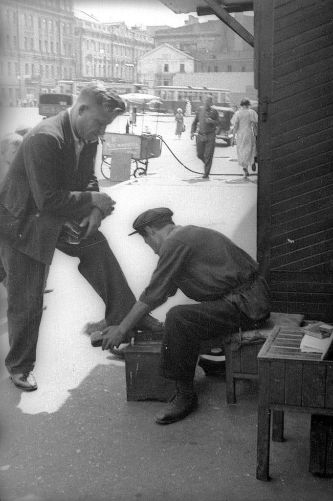 1940-е.Чистка обуви. Евзерихин Э.Н
