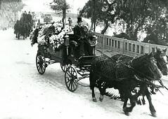 carrozas de un funeral Bajando por Avenida Portales hacia el Sector Yolanda. segun nos contó   Lautaro Trivino Hermosilla