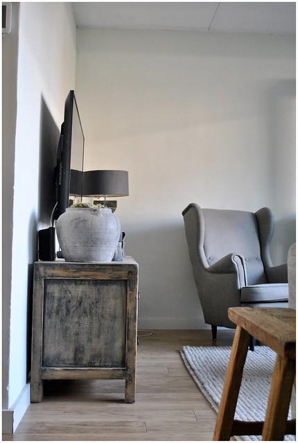 Tv meubel fauteuil kruik balusterlamp