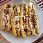 Gegrillte Bananen mit Erdnüssen und mit Käse überbacken