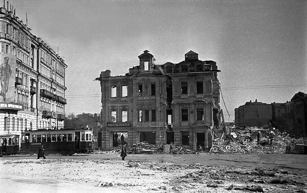 1935. Снос дома Сурикова на Зубовской площади