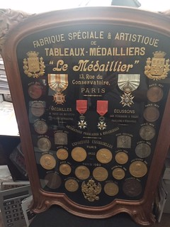 Le Médaillier Medal shield closeup 2
