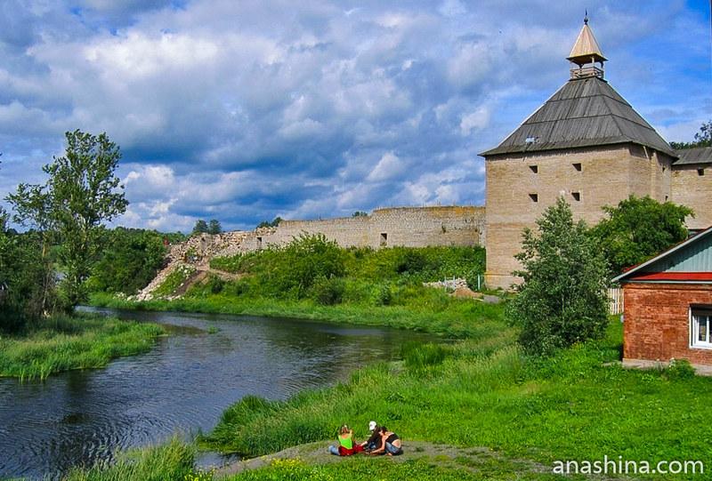 Разрушенные крепостная стена и Стрелочная башня. Фото 2008 года, Старая Ладога