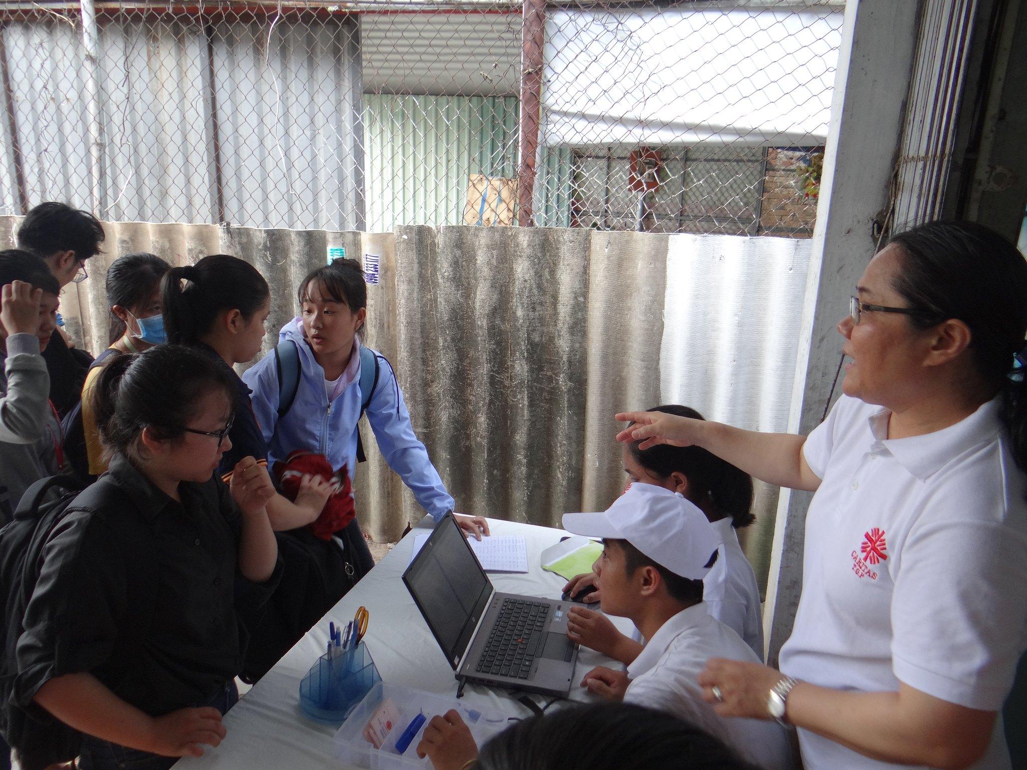 Sinh viên đăng ký suất cơm tại quán cơm sinh viên 5000đ