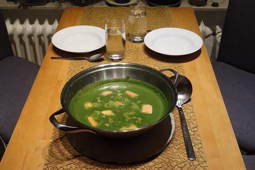 Spinatcurrysuppe mit Lachs (Tischbild)