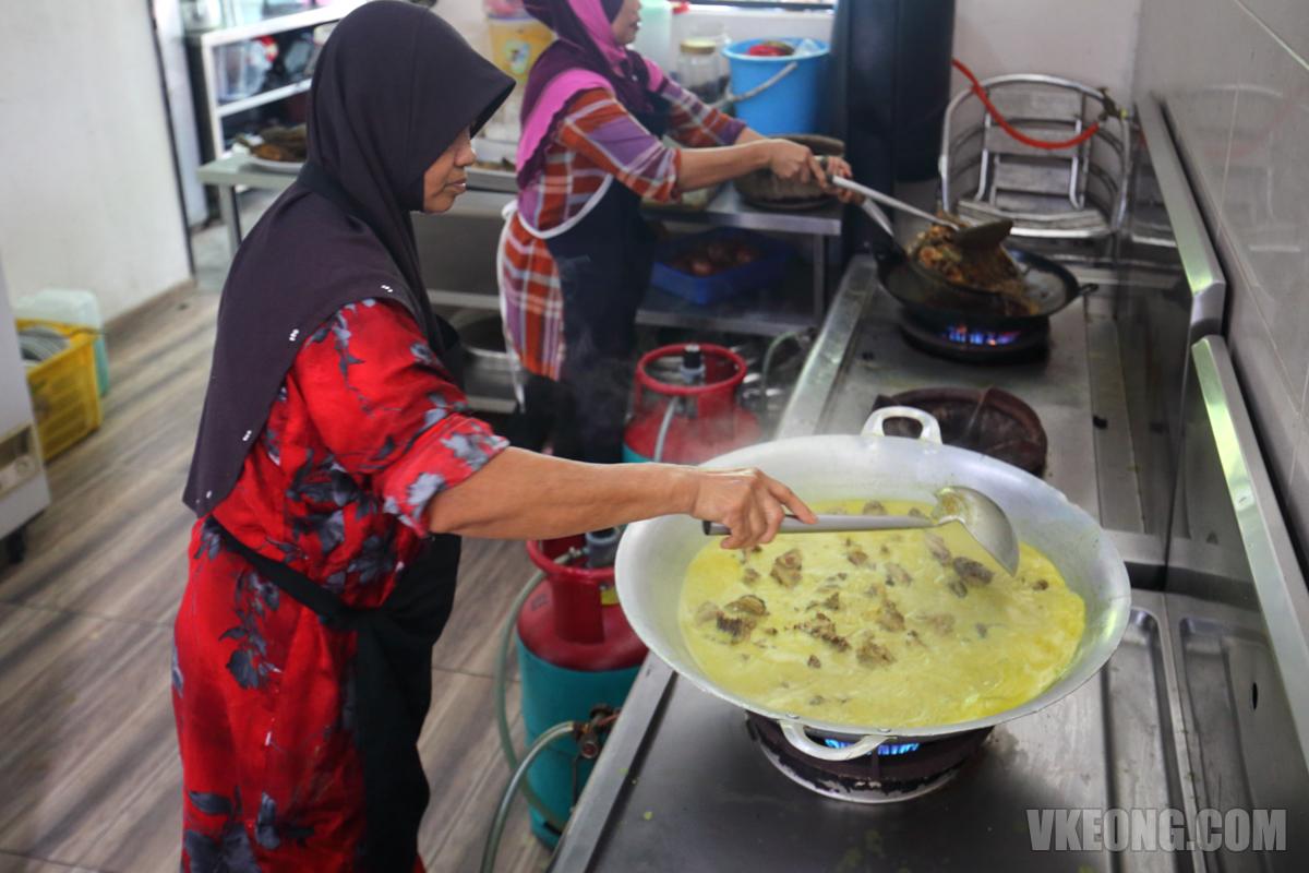 Cooking gulai masak cili api