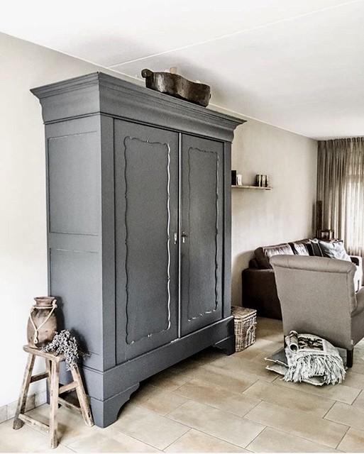 Grijze kast woonkamer landelijke stijl