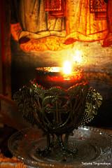 Горящая свеча внутри храма