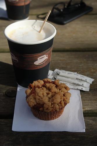 Walnuss-Apfel-Muffin zu Milchkaffee (bei Nachmittagsrast im Osnabrücker Zoo)