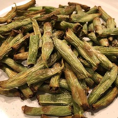 New #airfyer favorite! Green beans with plenty of salt :yum: Crispy on the outside, pop in your mouth cause they're still a little chewy on the inside!