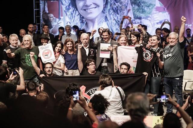 Entre as torcidas que assinam o manifesto estão as uniformizadas do Vasco  da Gama, time de Bolsonaro - Créditos: Agência PT