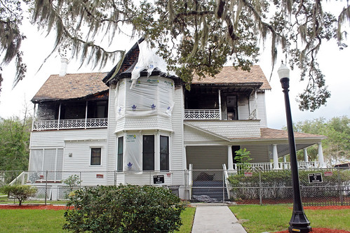 house architecture historical victorian ruin firedamage park lamppost trees spanishmoss shrubs leesburg florida unitedstates