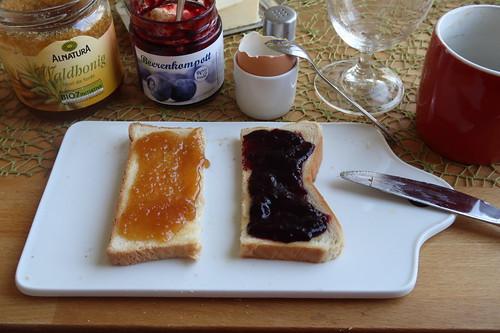 Waldhonig und Blaubeerkompott auf Toast