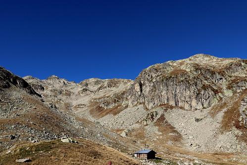 Refuge et combe d'accès vers le Col de la Vache